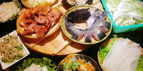 【两店通用】老味道传统美食来袭~开启【东北煮题铁锅炖】的美味时光!89.9元购335元套餐:鸡腿肉2斤、清江鱼2.5斤、配菜6份