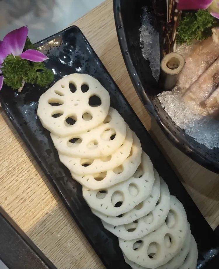 """【新·三不牛腩】一份吃得起的""""米其林""""。99元享门市价328元牛腩火锅套餐~养生或番茄二选一锅底、羔羊排卷、新鲜土黄牛腩、龙虾球……"""