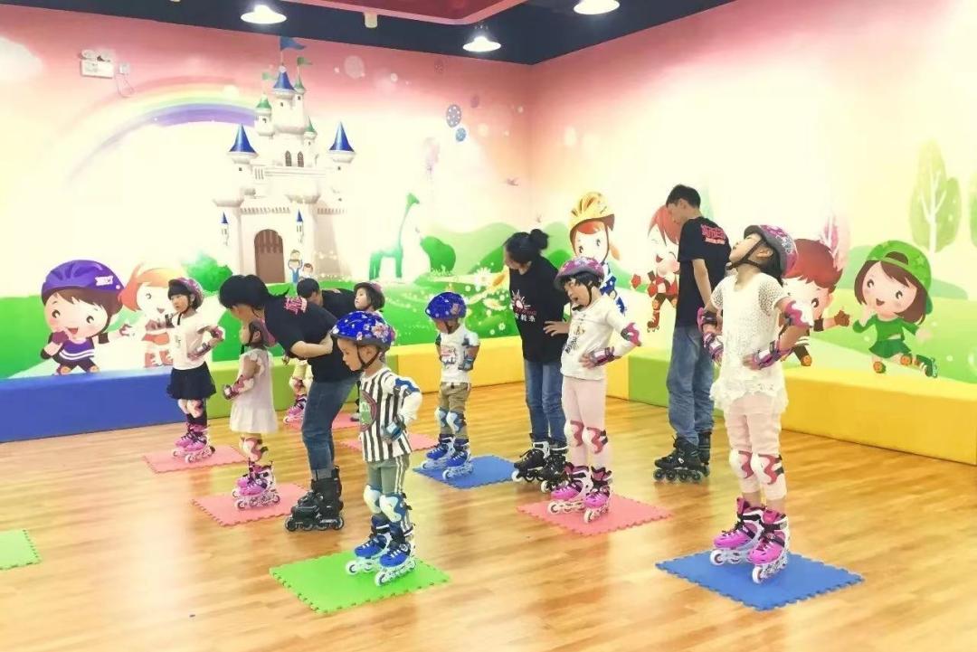 【上海18店通用】孩子的体能,从轮滑抓起!19.9元享【城市轮滑套餐】轮滑幼儿启蒙班、基础入门…共4节课~快乐童年,轮滑相伴!