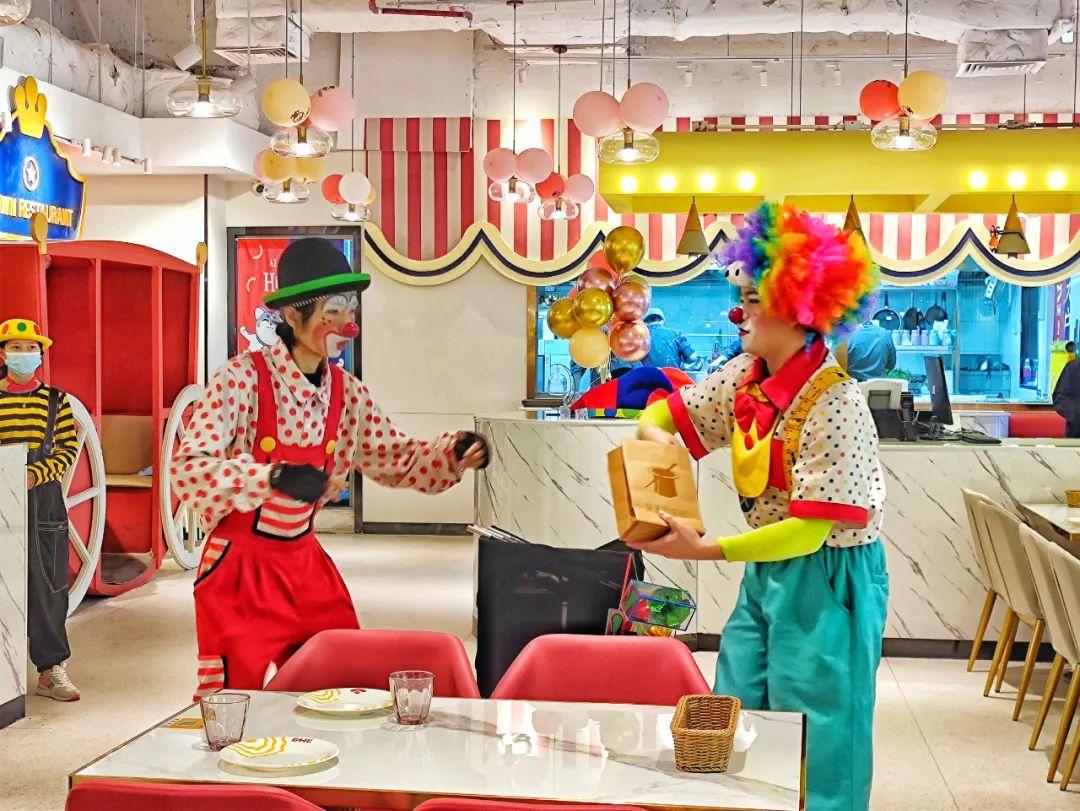 【天河·正佳广场·免预约·BHE小丑主题派对西餐厅】仅99元购门市价253元的双人西餐套餐~~利盐厚焗牛小排,孜然焗BB鸡,鲍鱼鸡油膏焗饭,琥珀酱烤鸡翅,缤纷麦脆酸奶盘,海洋蜜苏打,冰霜樱花池等,美食能治愈人胃的空虚,而小丑表演是让人心情愉悦的调剂品