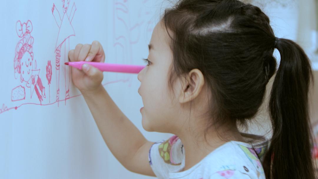 【3-8岁AI绘画课,10节少儿美术创意视频课+送50件精美画材】限时34.9元,虚拟+真人老师互动,兴趣与技法并重,系统的美育智能教育体系主力孩子成长,美学尝试、绘画技巧、创意思维、审美素养、绘画自信!