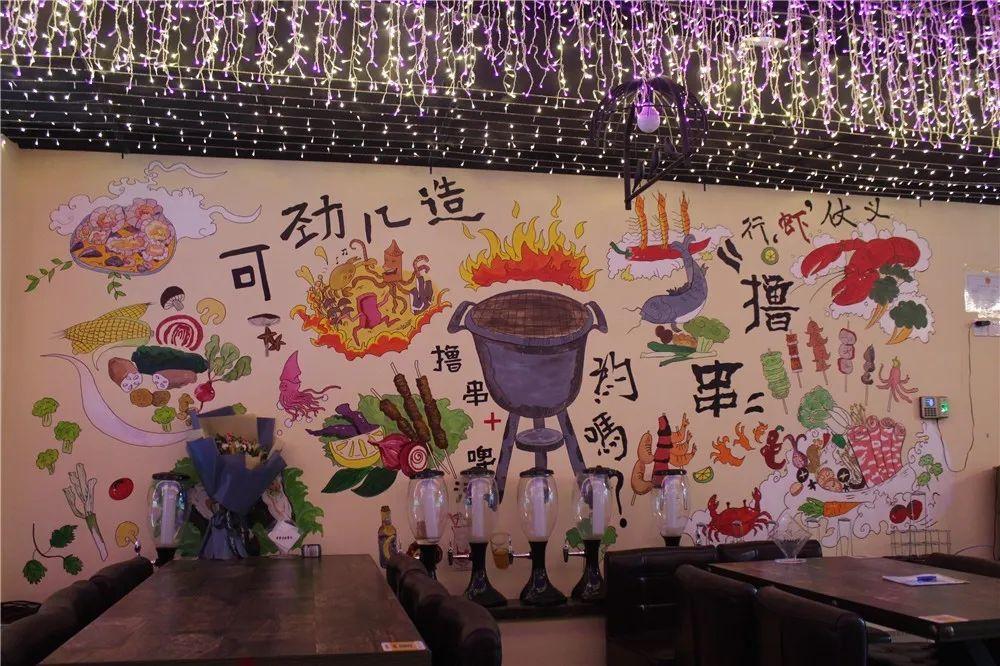 【大兴 亦庄】仅88元享【淳景烧烤海鲜音乐餐吧】烧烤套餐!蝴蝶鱼+羊肉串+鸡肉串+烤蔬菜+糖酥软糍粑+啤酒两瓶等,喝酒撸串啦,晚上还有驻唱歌手哦!
