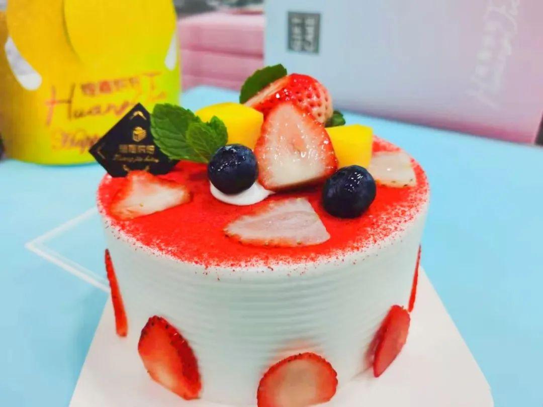 【南营子大街   煌嘉烘焙】美好生活从味蕾上的甜蜜开始!现19.9元享门市28元的4寸蛋糕套餐:巧克力物语、草莓甜心、黄桃甜心、美少女4选1~给你的生活加点甜!!