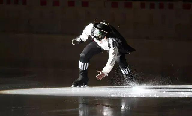 爆品回归【无需预约•超长使用期到元旦•冰纷万象滑冰场】坐标钱江新城万象城,仅49.9抢【冰纷万象滑冰场】门市价100元单人滑冰票,4200㎡的奥林匹克标准真冰场,旋转跳跃不停歇!