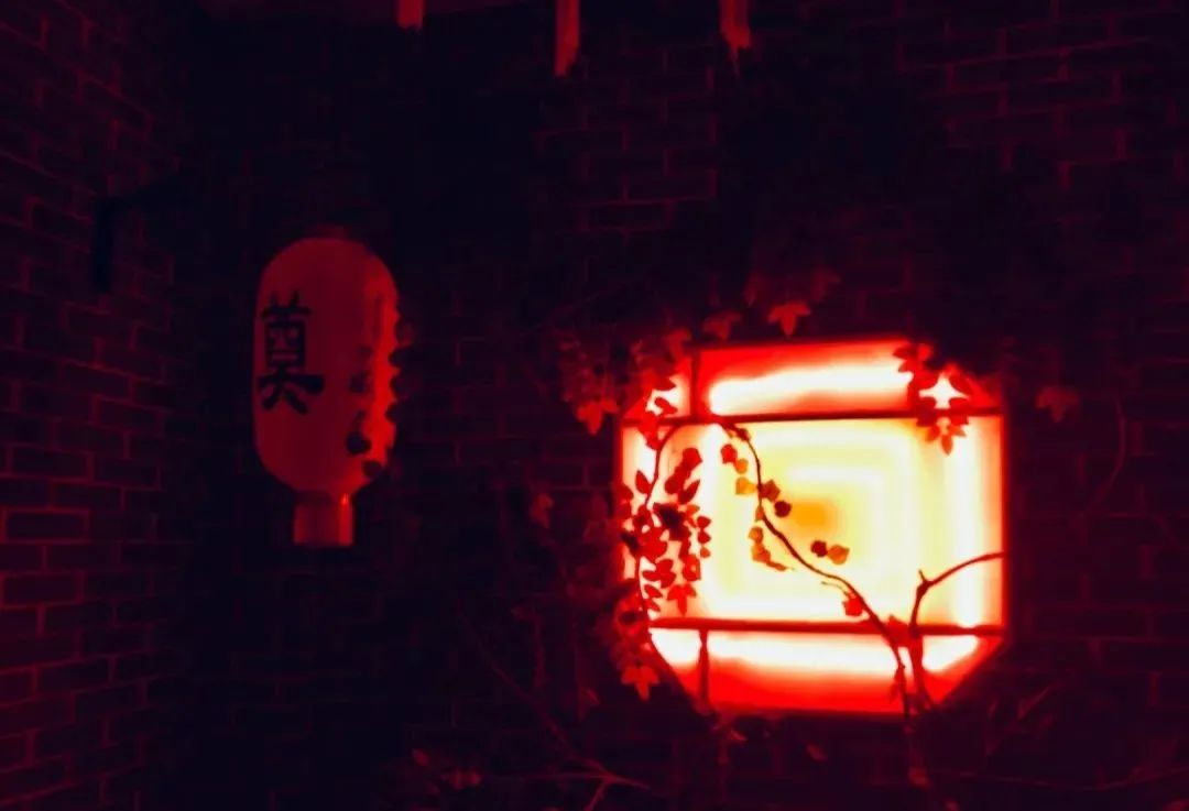 【勒泰商圈|桃之夭夭密室逃脱】7年口碑老店,6大主题刺激来袭!仅39元享门市98元单人票。加勒比海盗、仙境迷踪、夜探紫记、拍案惊奇、鸳鸯戏魂、黑暗监牢之博弈自由任选1项,惊魂60分钟~