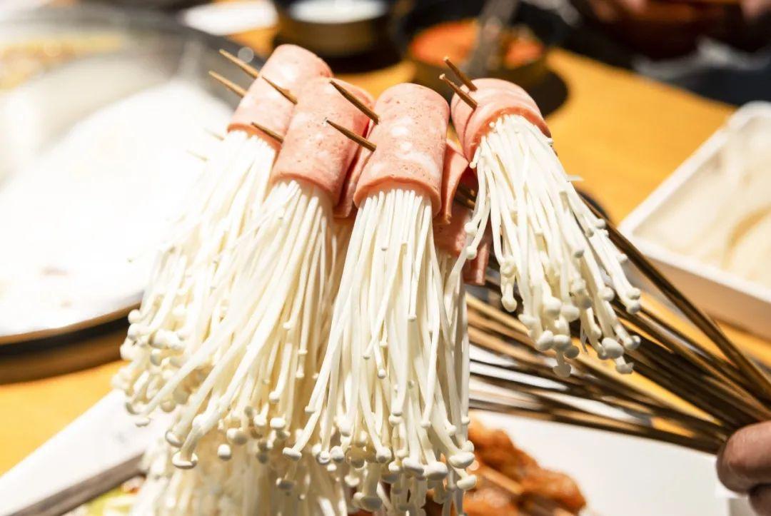 在这里吃到成都串串味!【无需预约·川巴适串串香】49.9元3-4人餐!串串荤素任选100串+培根+金针菇+宽粉 包锅底油碟!