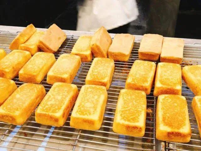 【食品街·薄利士粑粑坊】软软糯糯,甜甜蜜蜜~仅4.88元享门市价15.9元糯米蛋糕1斤,深秋温暖你的不仅奶茶,还要搭配粑粑糕哦,口感软糯甜蜜的粑粑糕,让你一口沦陷,经典糯米蛋糕,甜到心坎儿~