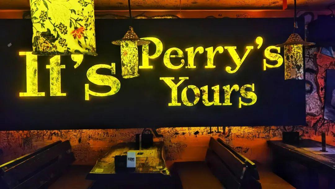 【10店通用】卸下束缚、释放压力,现26.9/49.9元享【Perry's酒吧】闺蜜套餐/欢聚套餐,鸡尾酒+土豆条1份/百威扎(3L)+鸡米花1份 + 土豆条1份,两种套餐任你选…老朋友团聚好去处,认识新朋友的好机会!放假不喝酒,人生路白走,快带上朋友一起感受霓虹灯与音乐的化学反应,体验夜生活的快乐吧!