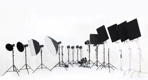 【玄武区·全家福 春节不打烊】【芳华摄影】门市价2199元的『全家福套餐』现在仅需 299元!最多一家六口,两组服装造型,提供化妆、拍摄两组,拍摄50张以上,12张照片精修入册 ,过年来一套喜气洋洋的全家福吧~
