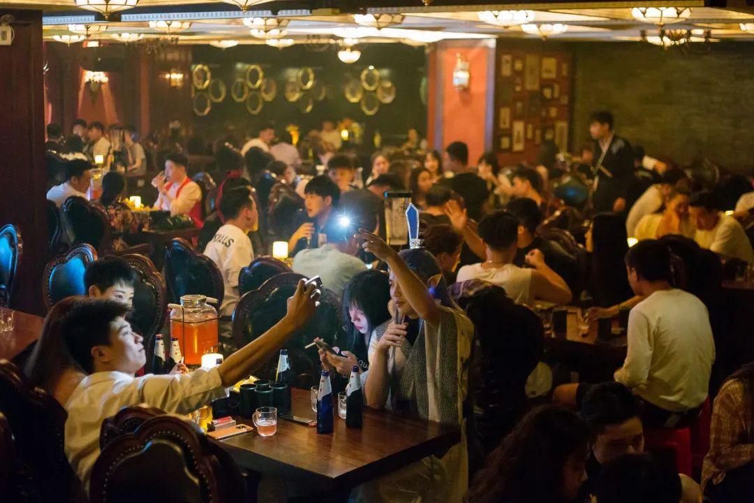 【解放西路|无需预约】来源画酒肆,和我们分享你的故事,29.9/99元享门市价228/358元【源画酒肆】套餐,12支卡慕啤酒/一支威士忌➕四瓶软饮➕两份小吃,开启浪漫美妙的夜晚生活~