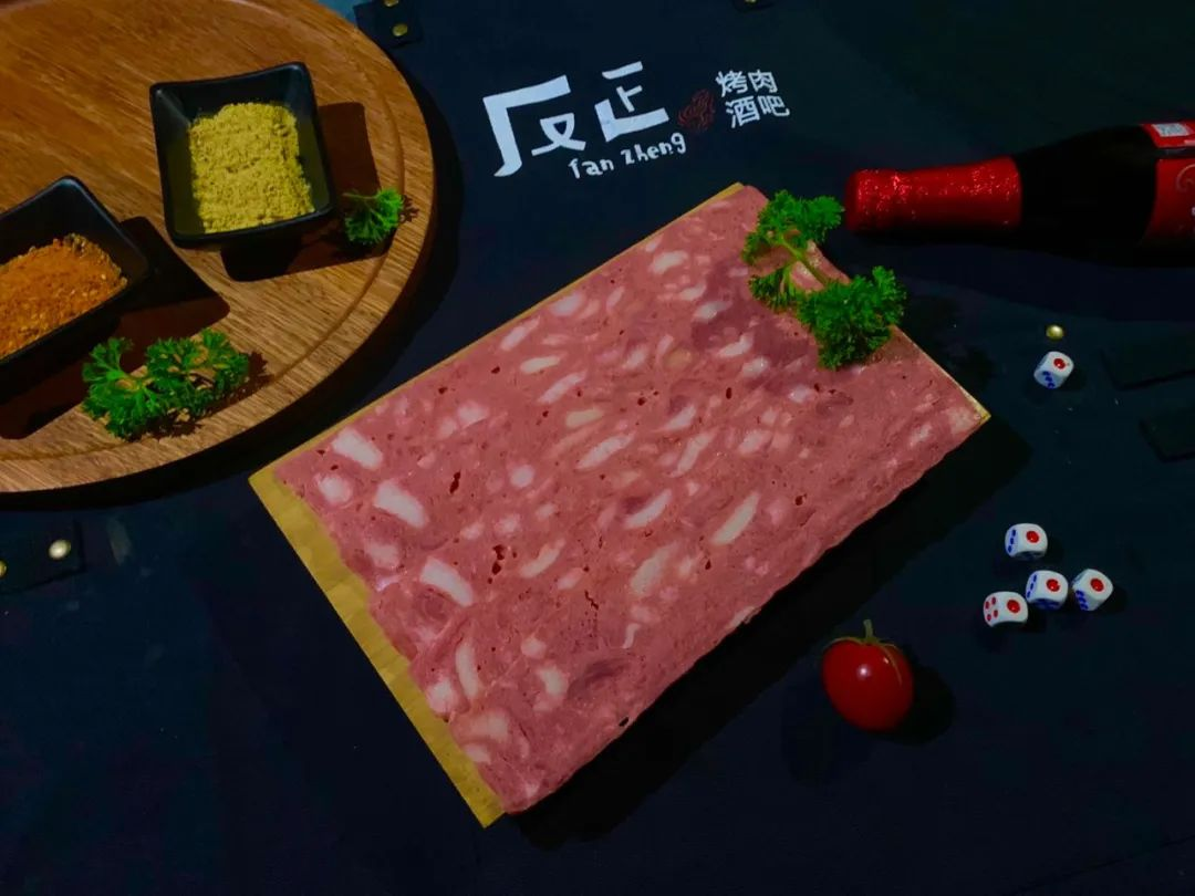 【反正烤肉•酒吧】晚7点驻唱,带你进入音乐和烤肉的世界~仅需59.9元购门市价228元的烤肉套餐~奥尔良鸡胸肉+黑椒牛肉粒+··